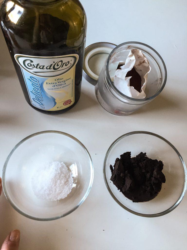 Ingredienti per impacco casalingo: olio di oliva, cacao, sale grosso, caffè