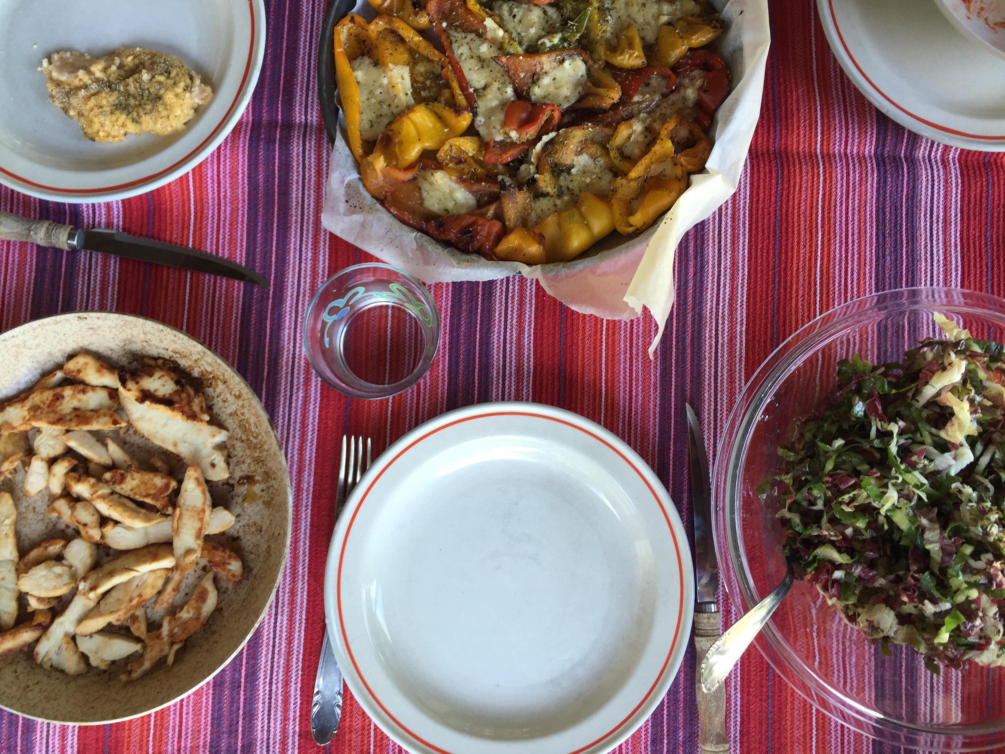 Pranzo estivo: peperoni al forno, insalata e pollo saltato in padella