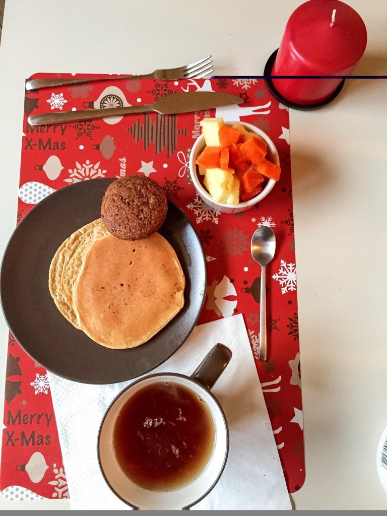 pancake con preparato proteico MyProtein; muffin proteico al burro di arachidi di Elisa, frutta fresca e te verde