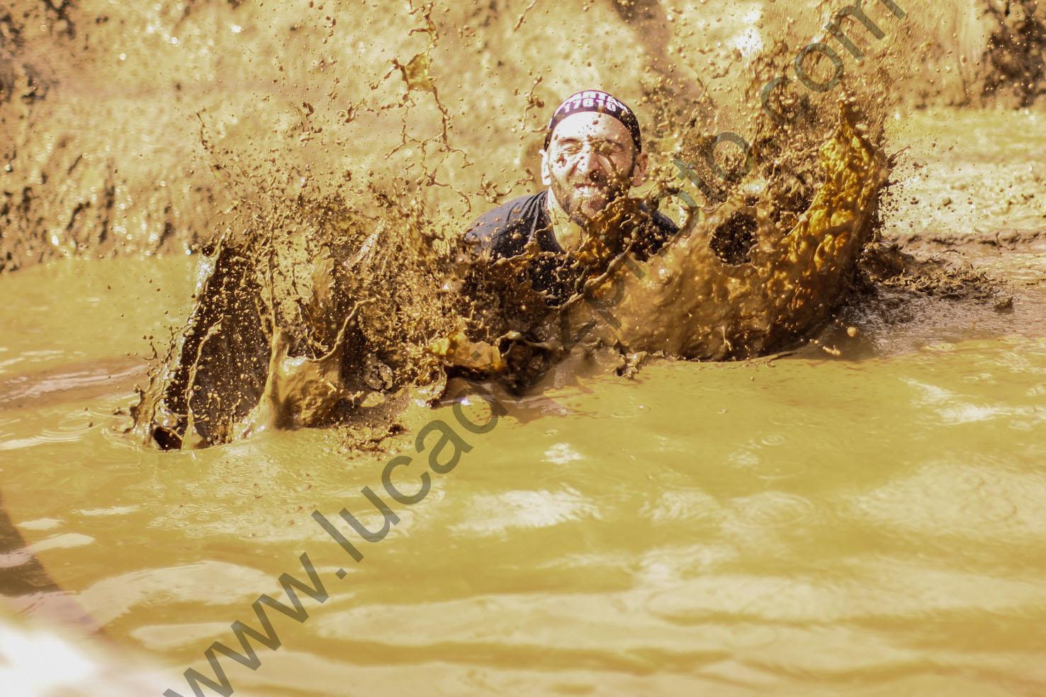 Simone Puscceddu appena entrato nella pozza di fango
